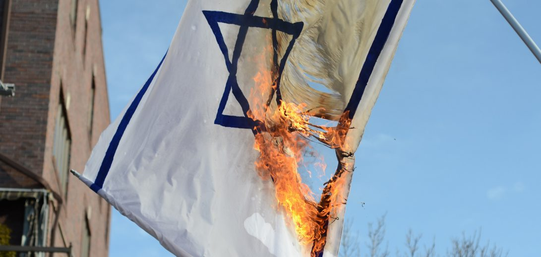 Israeli_flag_burned_by_Neturei_Karta