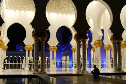 people-walk-in-the-great-sheikh-zayed-mosque-at-night-abu-dhabi-uae_rvmzimpug_thumbnail-full01